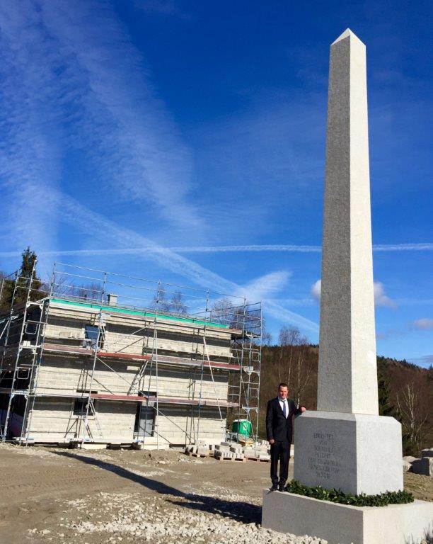 Johannes Helgert neben dem 8,20m hohen Obelisken aus Granit